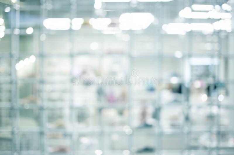 Blured moderne bokeh binnen de plank van het technologielaboratorium en witte ruimte stock foto