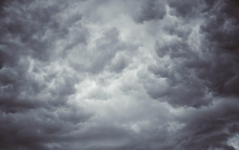 Blured några kunde på grå himmel royaltyfria bilder