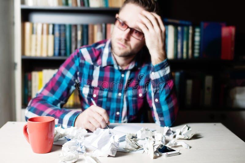 Blured presionó al hombre cansado que llevaba a cabo su cabeza foto de archivo libre de regalías