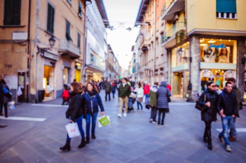 Blured trängde ihop gatan med mycket gå för folk fotografering för bildbyråer