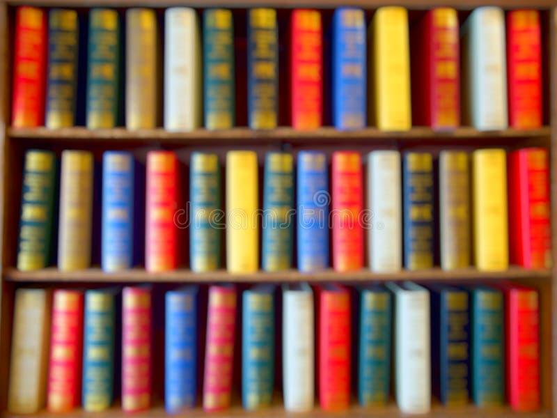 Blured van Kleurrijke boeken, Handboek, Literatuur op houten boekenrek in bibliotheek Achtergrond royalty-vrije stock afbeeldingen