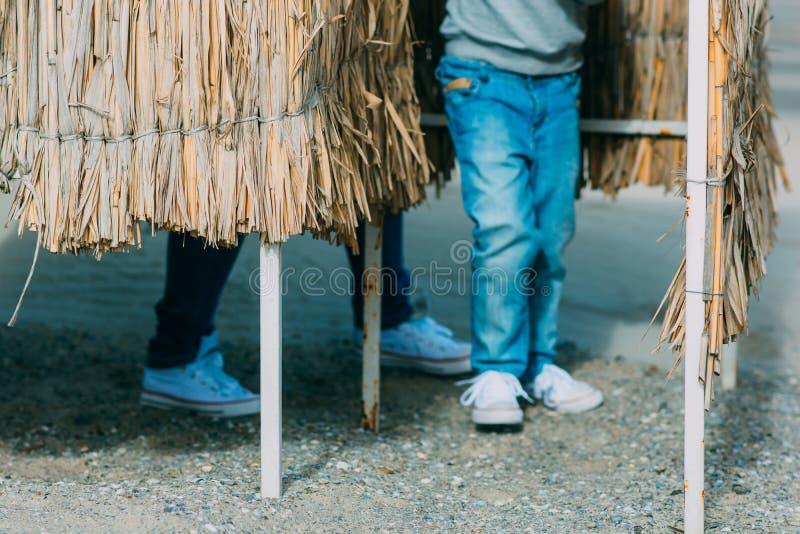 Bluredjeans en wit schoenenvolwassene en kind stock afbeelding