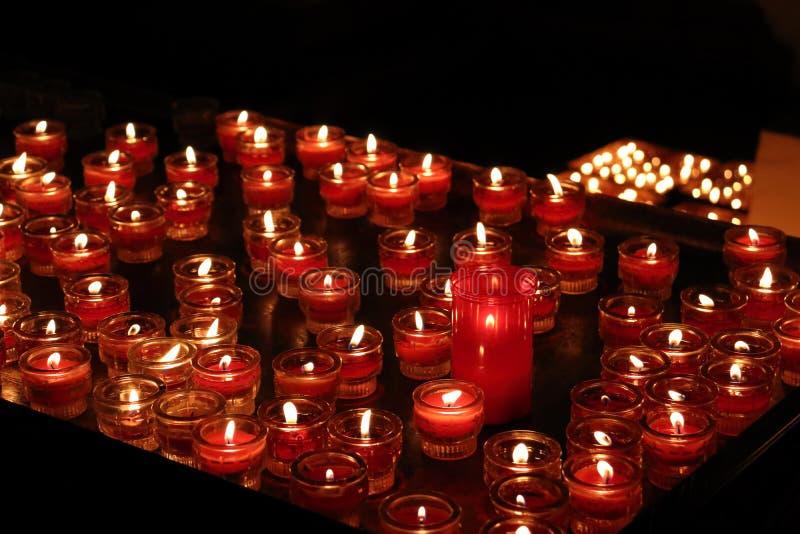 Blurr świeczki w kościół w Salzburg w Austria obrazy royalty free
