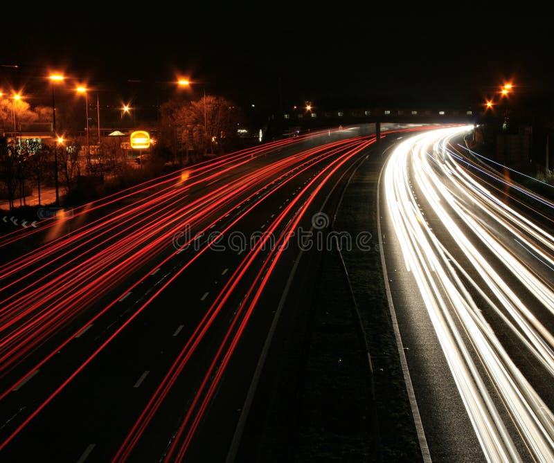 Blurr do movimento do tráfego de nighttime imagem de stock