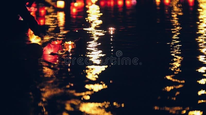 Blurres nackground - spławowi oświetlenie wody lampiony na rzece przy nocą fotografia stock