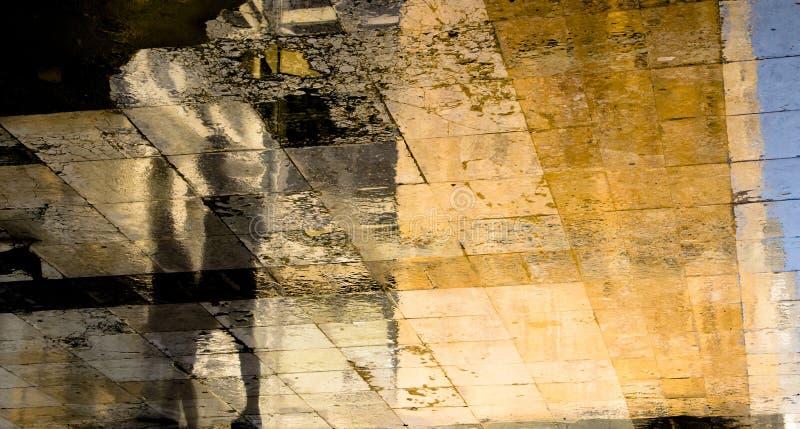 Blurry abstrakte Schattensilhouette Reflexionen von zwei Menschen auf der Straße der Stadt stockfotos