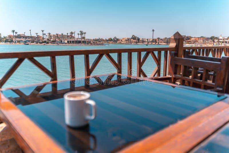 Blurry Coffee vor einer Lagune El Gouna Strand, Rotes Meer, Ägypten lizenzfreies stockbild
