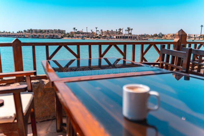 Blurry Coffee vor einer Lagune El Gouna Strand, Rotes Meer, Ägypten stockfoto