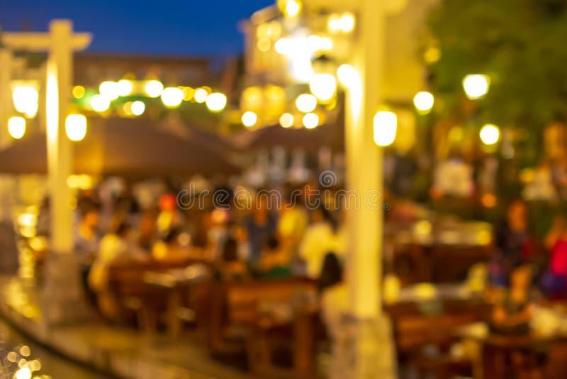 Blurry shot do restaurante à noite e levedura com o cliente fotografia de stock royalty free