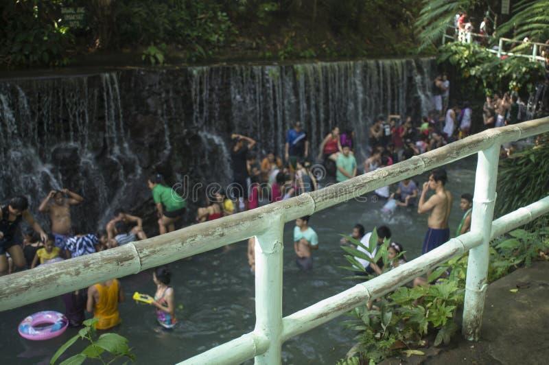 blurs Les gens se baignent en rivière froide et propre d'eau de source de montagne rocheuse photo stock