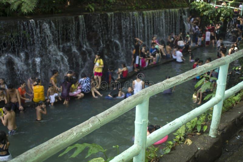 blurs Les gens se baignent en rivière froide et propre d'eau de source de montagne rocheuse images stock