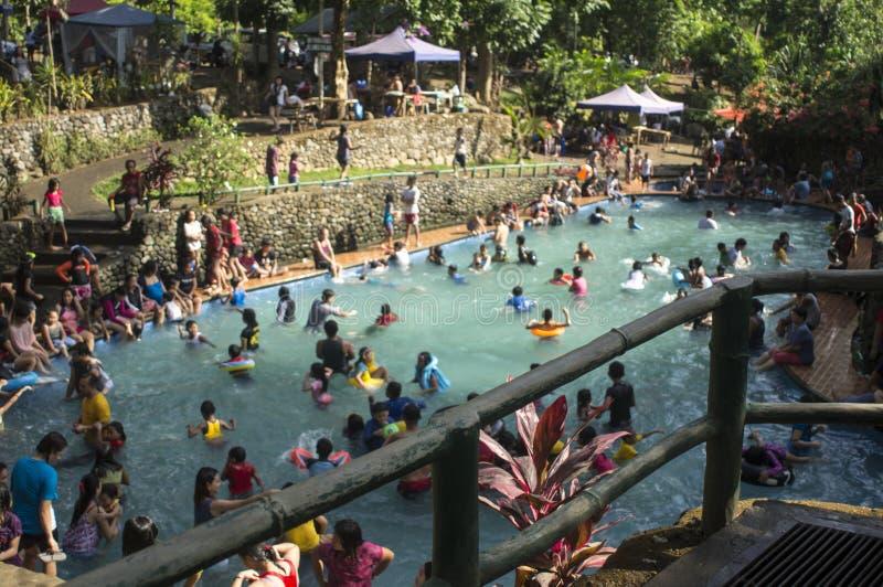 blurs Les gens se baignent en rivière froide et propre d'eau de source de montagne rocheuse photos libres de droits