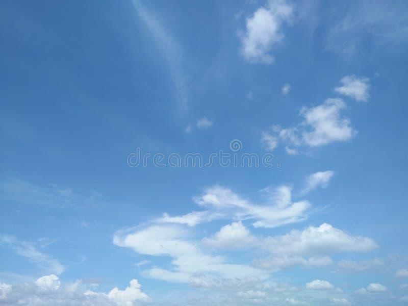 Blus sky met achtergrond van cloud stock foto