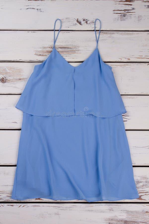 Blusa blu-chiaro delle donne eleganti immagine stock