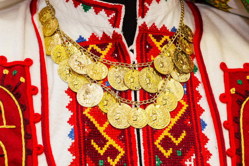 Blusa del ` s delle donne con ricamato a mano variopinto abbellito con una collana delle monete di oro fotografie stock libere da diritti
