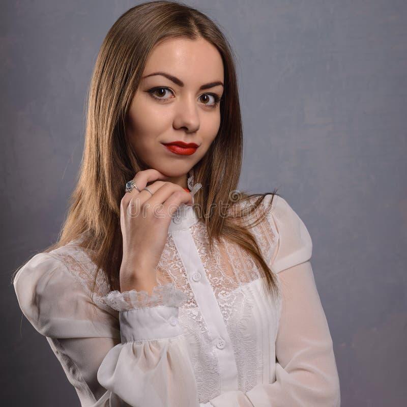 Blusa perfecta del blanco del desgaste de la forma del cuerpo de la mujer del estilo de la moda fotografía de archivo