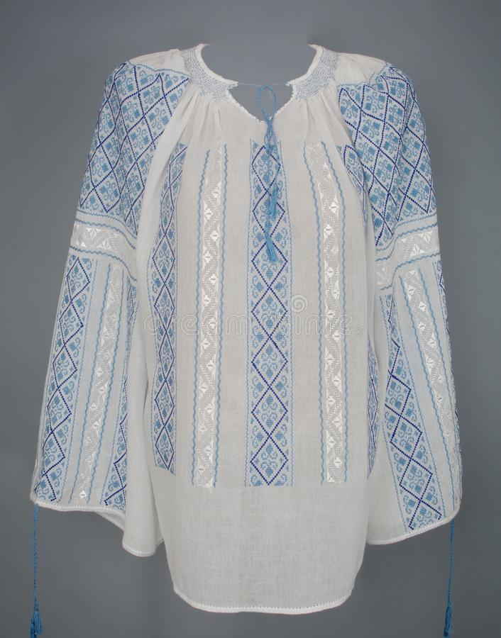 Blusa rumana tradicional manualmente bordada - romaneasca del IE imagen de archivo