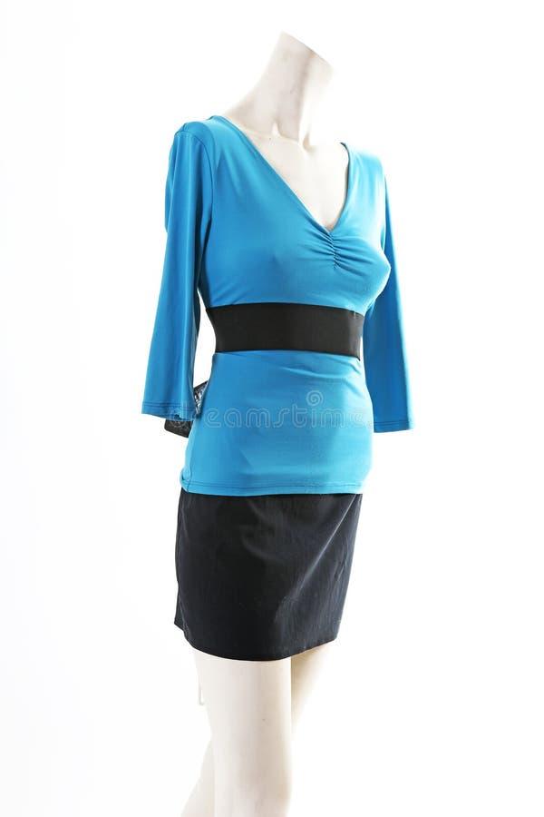 Blusa superior del suéter del azul y falda negra en la exhibición completa del body shop del maniquí Estilos de la moda de la muj fotos de archivo libres de regalías