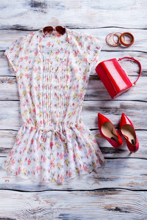 Blusa y zapatos rojos del talón imagenes de archivo