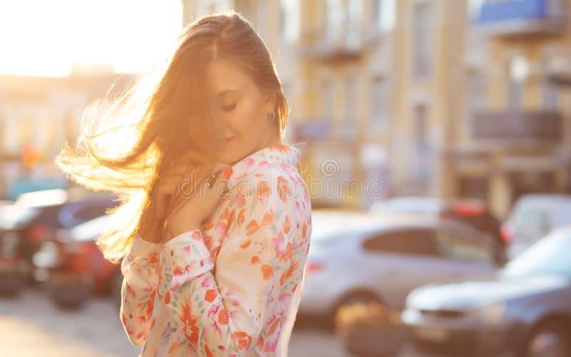 Blusen och rosa färger för sinnlig brunettflicka klår upp den bärande att posera på t royaltyfri fotografi
