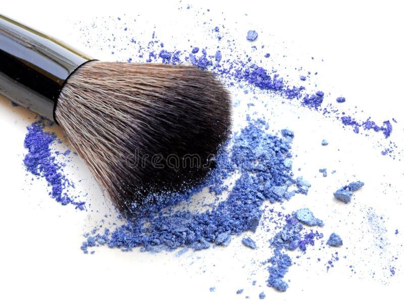 Blush bilden und zerquetschten Make-up auf weißem Hintergrund Die Lidschatten lizenzfreie stockfotos
