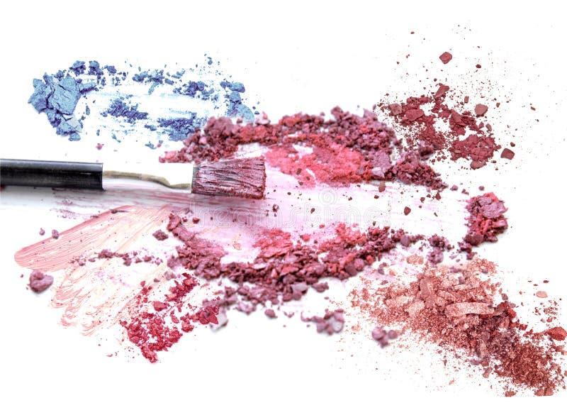 Blush composent le cosmétique sur le scintillement coloré écrasé de fard à paupières photos stock