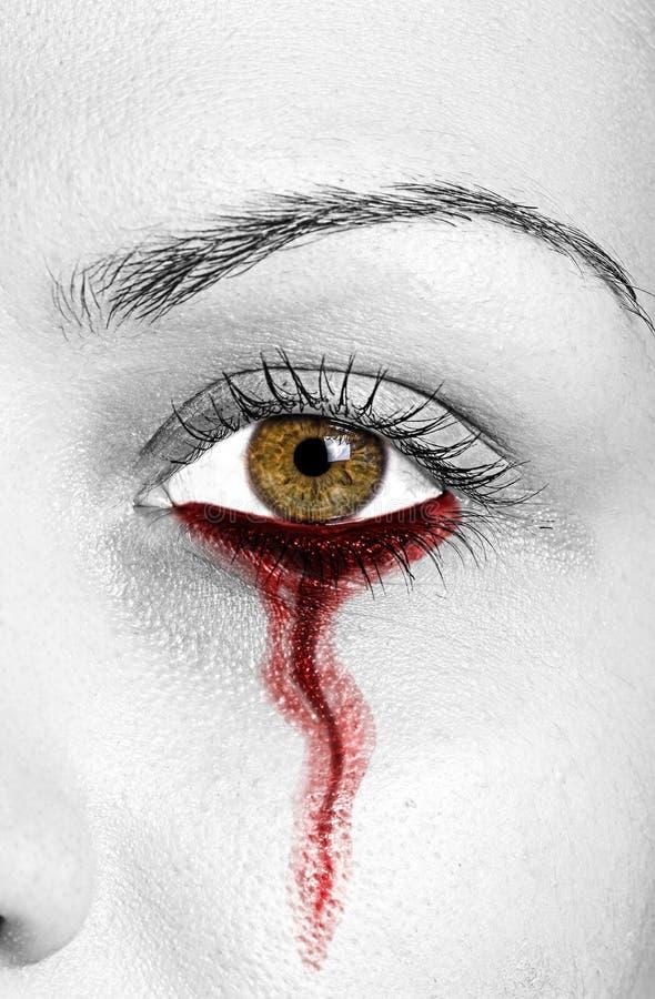 Blut, das vom Frauenauge leckt lizenzfreie stockfotografie