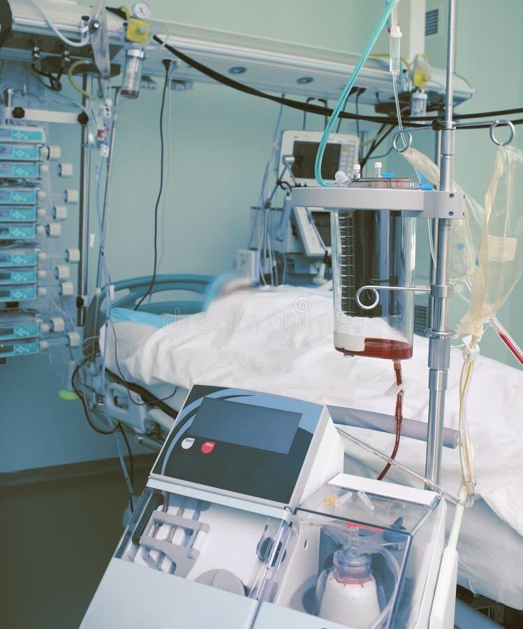Blutauffangbehälter und andere Ausrüstung in ICU stockbilder