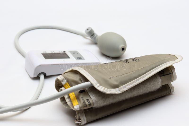 Blutdruckmessung mit einem tonometer Stulpe für Luft, Birne für Inflation, schließend, Weichgummirohre leitend an stockfotos
