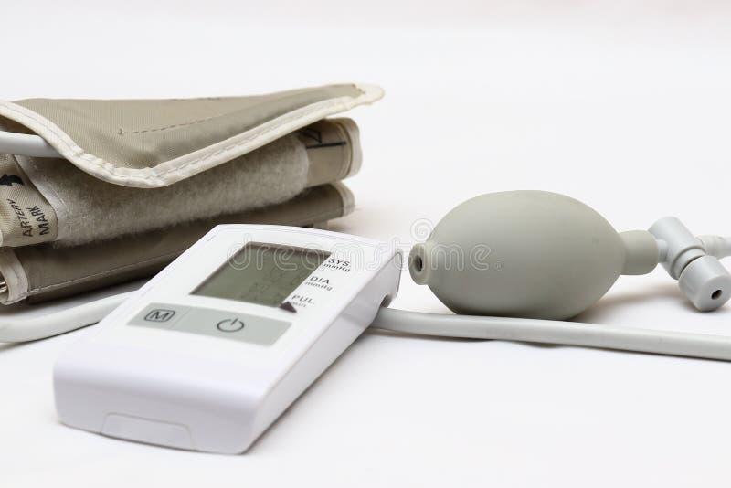 Blutdruckmessung mit einem tonometer Stulpe für Luft, Birne für Inflation, schließend, Weichgummirohre leitend an stockbild