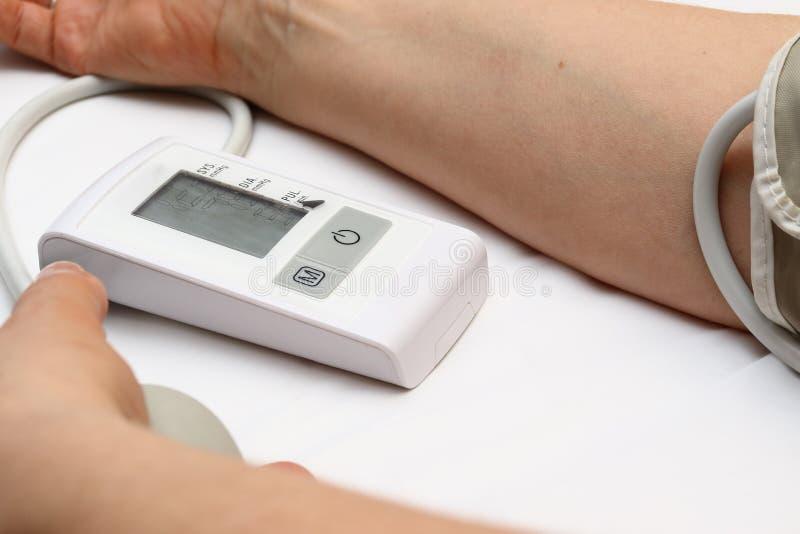 Blutdruckmessung mit einem tonometer Stulpe für Luft, Birne für Inflation, schließend, Weichgummirohre leitend an lizenzfreie stockfotografie