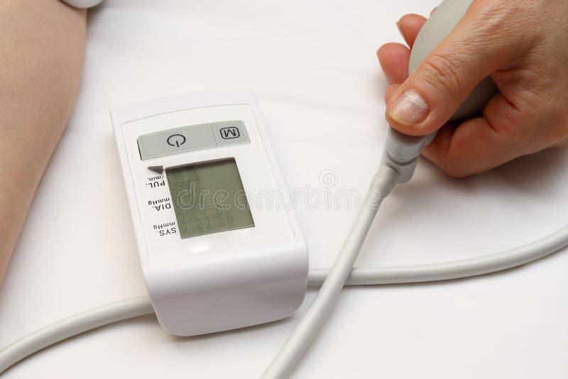 Blutdruckmessung mit einem tonometer Stulpe für Luft, Birne für Inflation, schließend, Weichgummirohre leitend an stockbilder