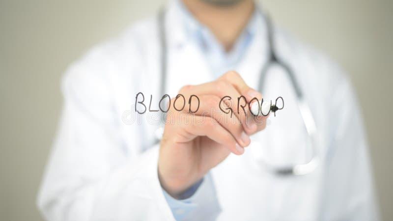 Blutgruppe, Doktorschreiben auf transparentem Schirm lizenzfreies stockfoto