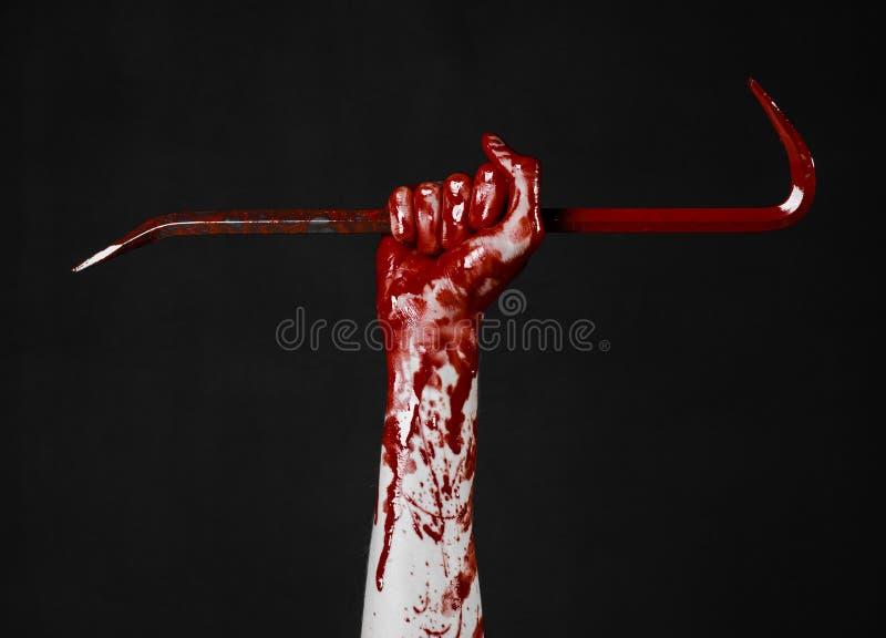 Blutige Hände mit einer Brechstange, Handhaken, Halloween-Thema, Mörderzombies, schwarzer Hintergrund, lokalisierte, blutige Brec lizenzfreie stockfotografie