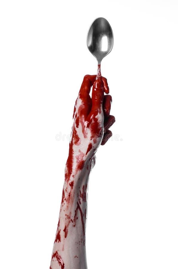 Blutige Hand, die einen Löffel, Gabel, Halloween-Thema, blutiger Löffel, Gabel, weißer Hintergrund, lokalisiert hält lizenzfreie stockbilder