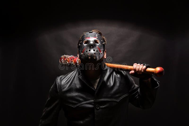 Blutige Wahnsinnige in der Maske und im schwarzen Ledermantel lizenzfreie stockfotos