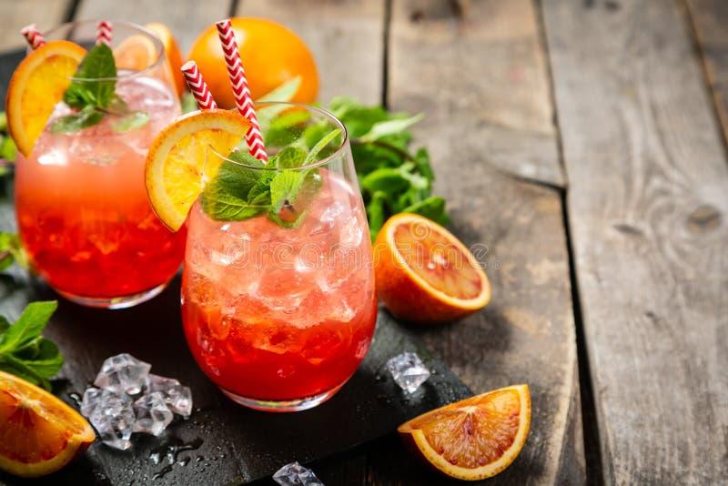 Blutiges Orangensaftgetränk und Bestandteile lizenzfreie stockfotos