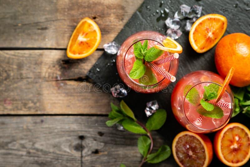 Blutiges Orangensaftgetränk und Bestandteile stockfoto