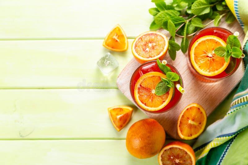 Blutiges Orangensaftgetränk und Bestandteile stockbild