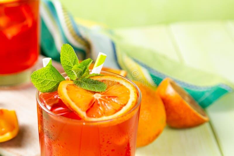 Blutiges Orangensaftgetränk und Bestandteile lizenzfreie stockfotografie