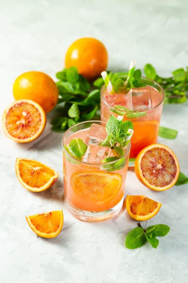 Blutiges Orangensaftgetränk und Bestandteile stockbilder