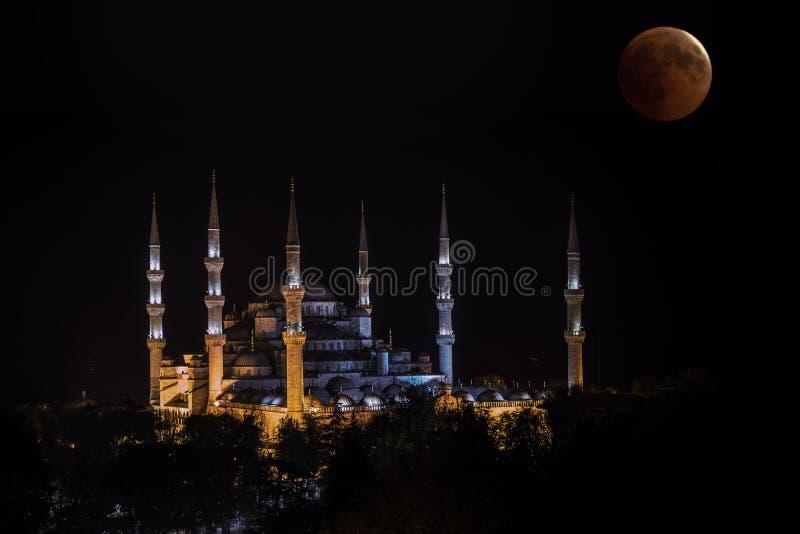 Blutmond, der über blaue Moschee, Istanbul steigt stockfotos