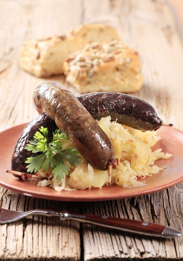 Blutwurst und weißer Pudding mit Sauerkraut lizenzfreie stockbilder