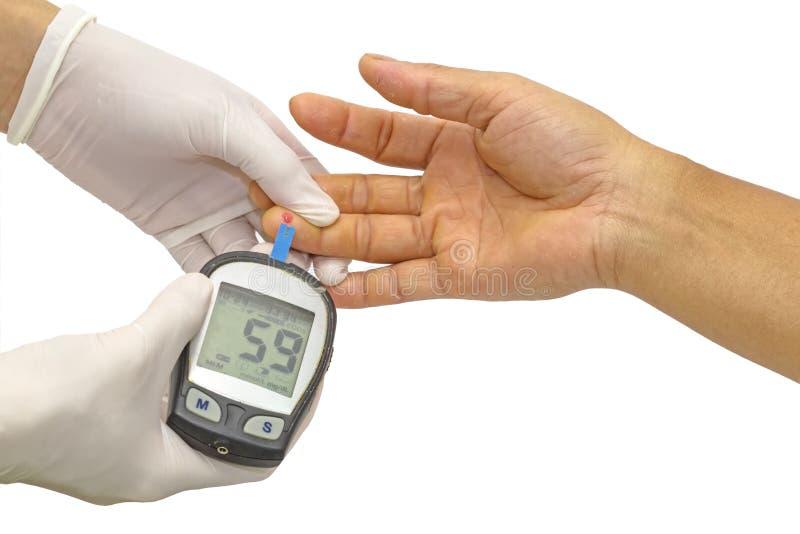 Blutzuckermeter, der Blutzuckerwert wird auf einem Fing gemessen stockbild
