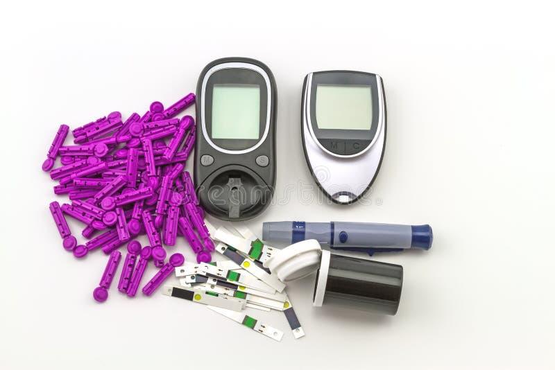 Blutzuckermeter, der Blutzuckerwert wird auf einem Fingersatz im schwarzen Kasten auf weißem Hintergrund gemessen lizenzfreies stockfoto