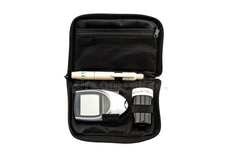 Blutzuckermeter, der Blutzuckerwert wird auf einem Fingersatz im schwarzen Kasten auf weißem Hintergrund gemessen Gespeichert mit stockbild