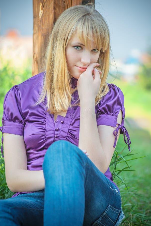 bluzki dziewczyny portreta fiołek obrazy stock