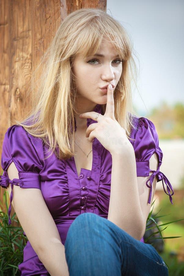 bluzki dziewczyny portreta fiołek fotografia royalty free