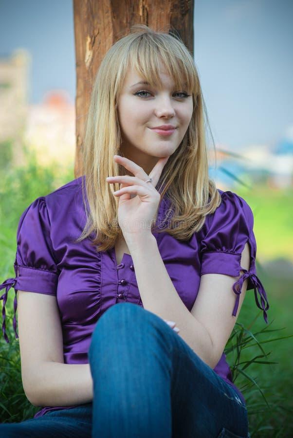 bluzki dziewczyny portreta fiołek zdjęcie stock