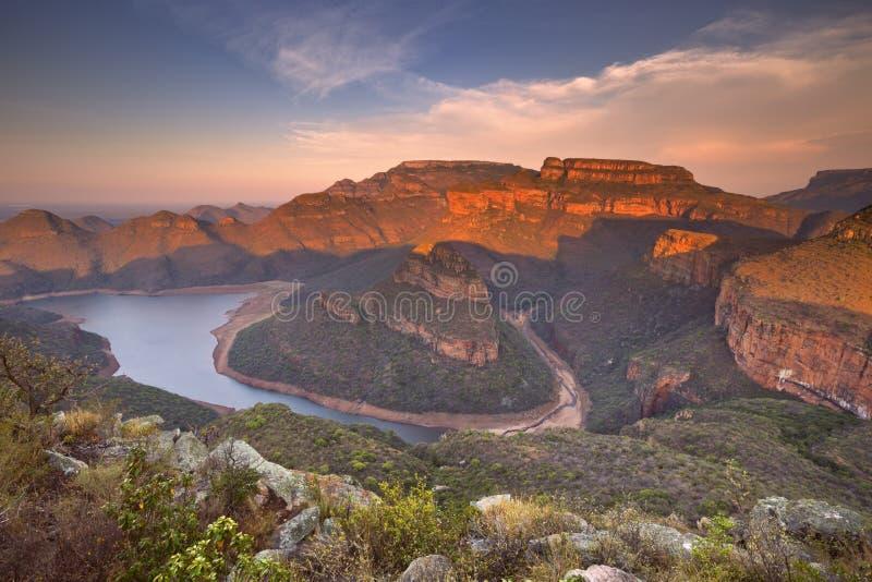Blyde flodkanjon i Sydafrika på solnedgången arkivfoton